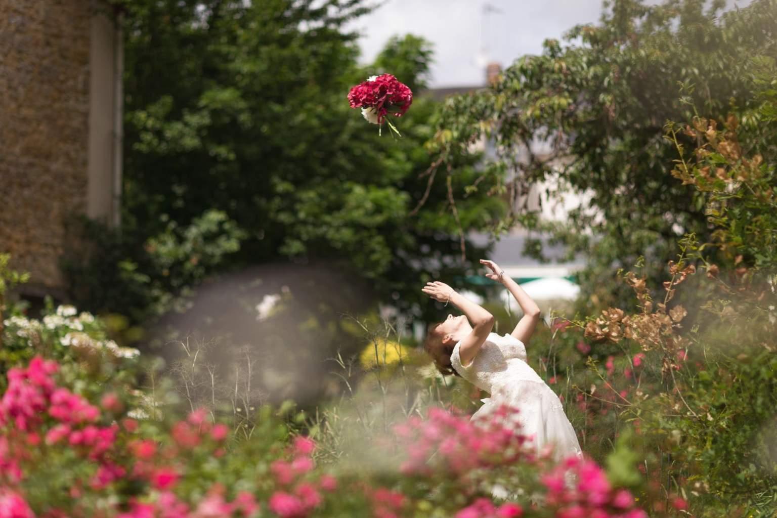 Une mariée jetant son bouquet